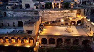 Plakat der Abendbesuche bei den Ausgrabungen von Herculaneum mit Lichtspielen und Lebendigen