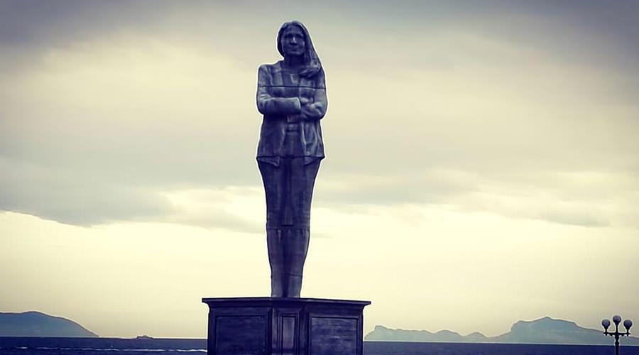 Napoli, nuova misteriosa statua alla Rotonda Diaz: rappresenta una donna