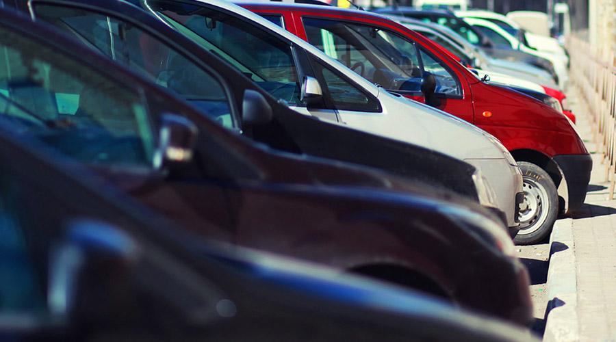 Autos geparkt, MoVeng App ist in Neapel geboren