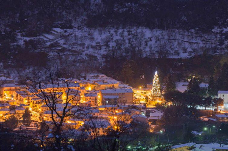 Un albero per tutti, accensione delle luci a Caposele in provincia di Avellino con mercatini di Natale