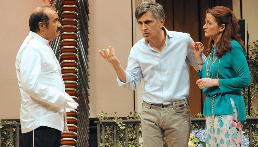 una festa esagerata al teatro Diana a Napoli
