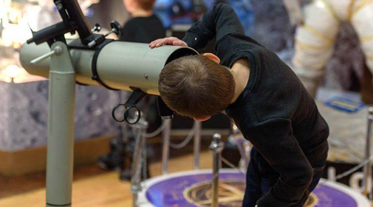 Bambino al telescopio. Natale a Città della Scienza