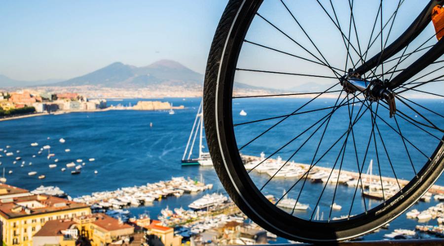 Poster zum Naples Bike Festival 2020: Mit dem Fahrrad durch die Gassen der Stadt