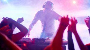 Dj dans la discothèque