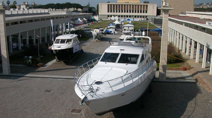 在Mostra d'Oltremare的Nauticsud的船