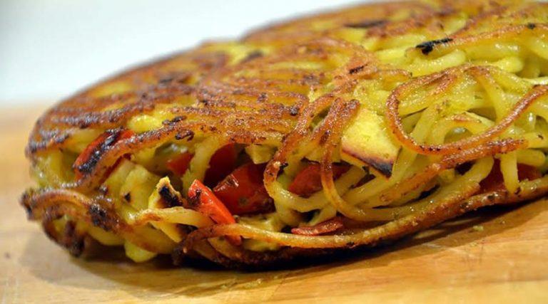 Tours de pâtes à Naples, omelette aux pâtes