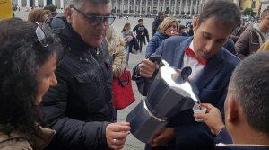 Caffè Gambrinus verteilt kostenlosen Kaffee in Neapel