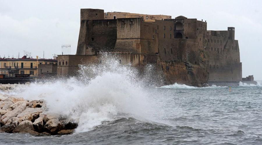 Mare agitato sul Castel dell'Ovo a Napoli