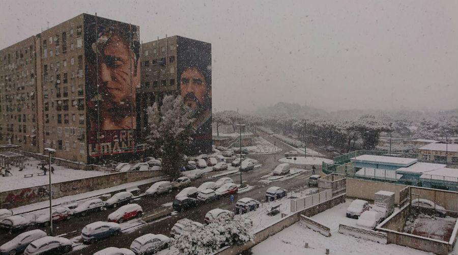 neve a napoli sul murales di maradona