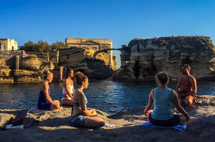 YoGaiola, lezioni di yoga alla Gaiola
