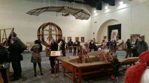 Cartel de Leonardo da Vinci en exhibición en Sorrento con obras e inventos trabajando