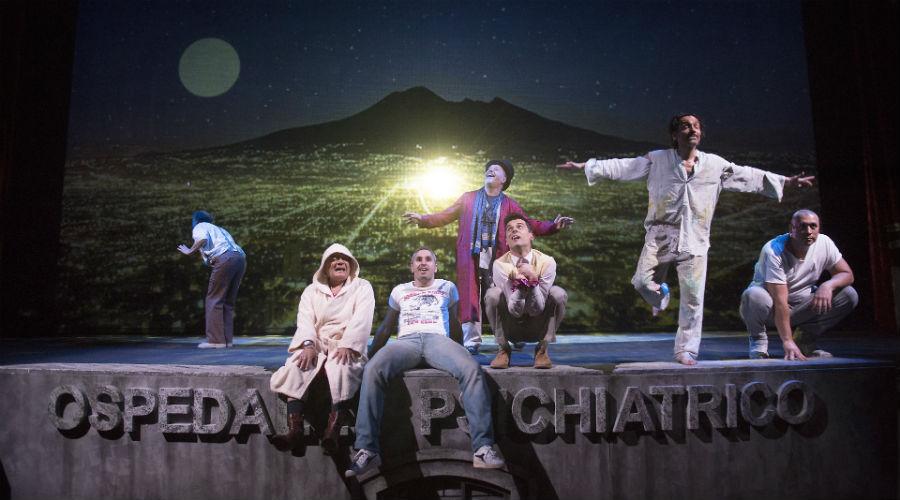 Lo spettacolo Qualcuno volò sul nido del cuculo di Alessandro Gassmann in scena al Teatro Bellini di Napoli