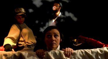 عرض الدراما في الهواء لجول فيرن على المسرح في نوفو تياترو سانيتا في نابولي