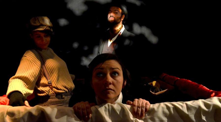 Lo spettacolo Dramma nell'aria di Jules Verne in scena al Nuovo Teatro Sanità di Napoli