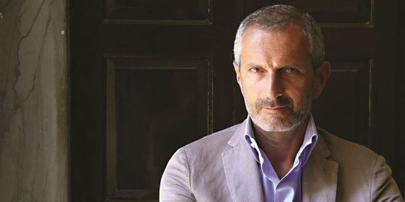 Gianrico Carofiglio nello spettacolo La manomissione delle parole in scena al Teatro Nuovo di Napoli
