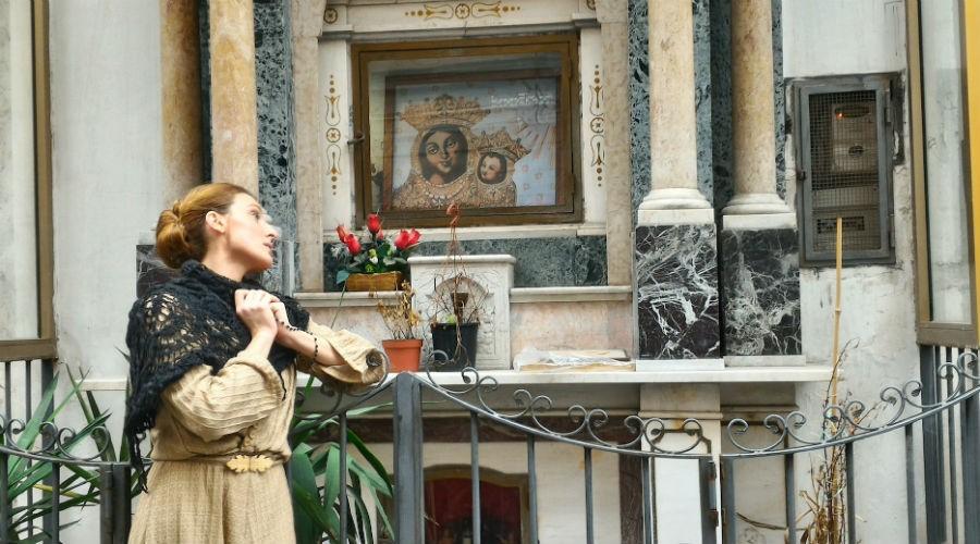 La visita guidata teatralizzata Facimmoce 'a croce, alla scoperta delle edicole votive di Napoli