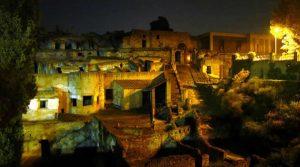 Cartel de visitas nocturnas a las excavaciones de Herculano para el verano 2018 con la Experiencia Herculaneum