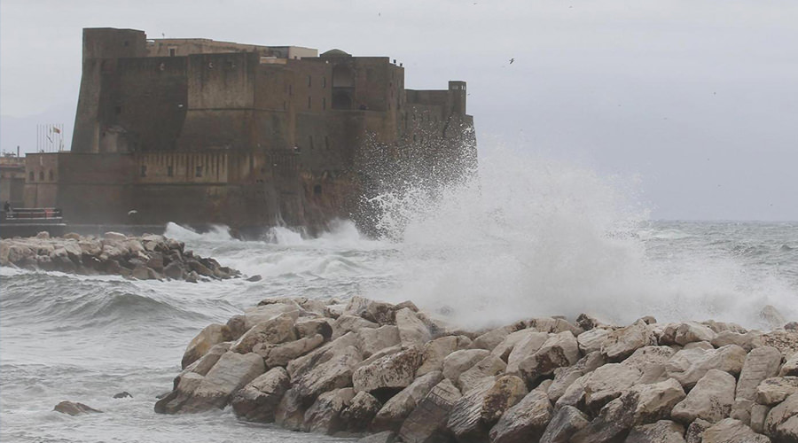 Mare mosso sul Lungomare di Napoli