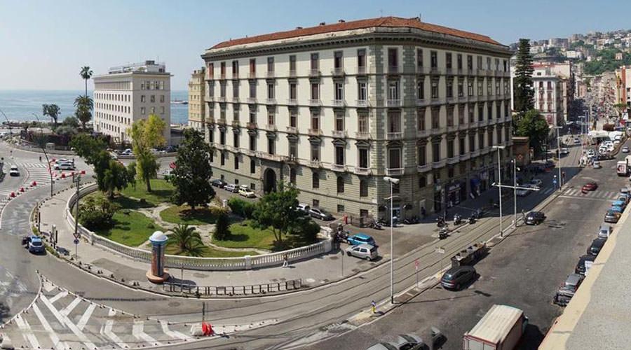 Dispositivo di traffico alla Riviera di Chiaia a Napoli
