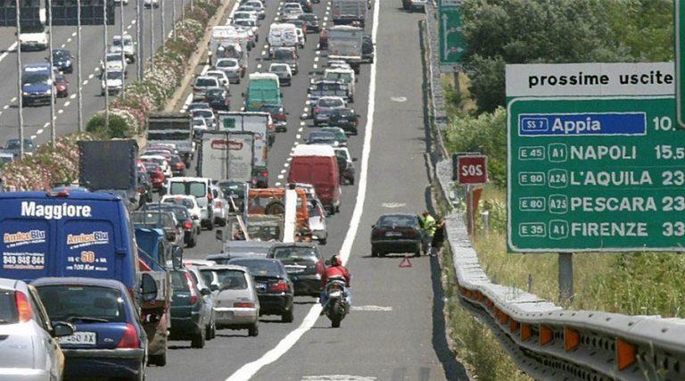 Voitures dans la file d'attente sur l'autoroute