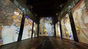 Klimt Experience poster in Naples: the immersive exhibition in the Basilica of the Holy Spirit [Photo]