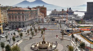 Veduta dall'alto di Piazza Municipio a Napoli