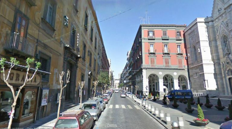 ナポリのドゥオモ通りを経由