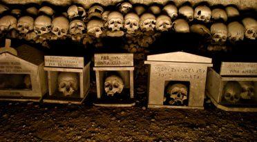 Teschi al Cimitero delle Fontanelle a Napoli