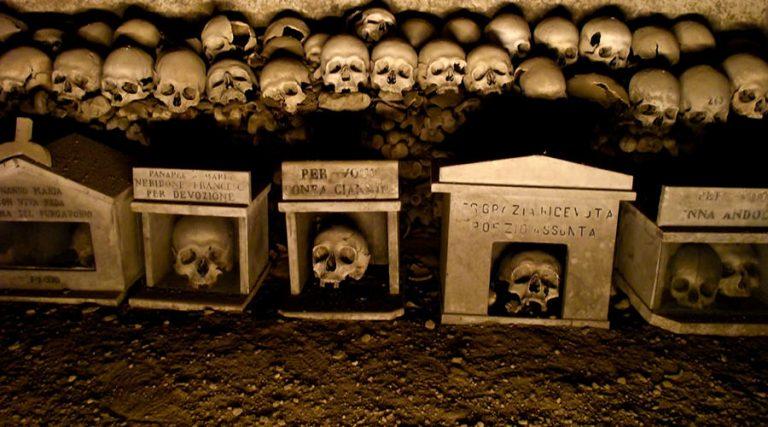 Crânes au cimetière Fontanelle à Naples