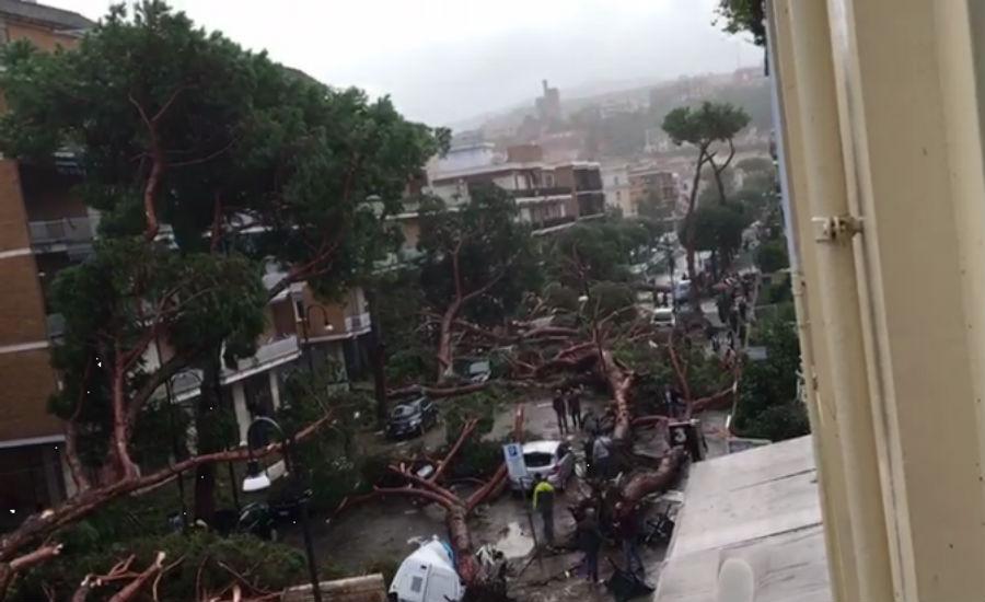 Schäden durch schlechtes Wetter in Neapel über terracina