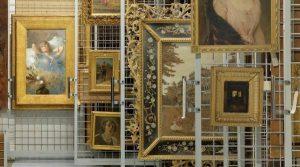 """Cartel inaugural de las tiendas Capodimonte en Nápoles, al inicio de la exposición """"Historias aún por escribir"""""""
