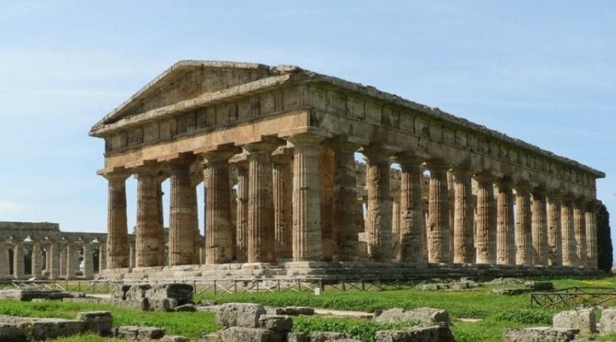 locandina di Paestum, un tuffo nel blu: continua il percorso Autism Friendly del Parco Archeologico di Paestum