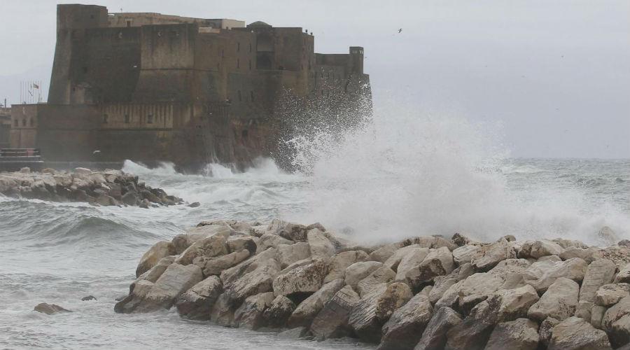 Vento e mare agitato a Napoli
