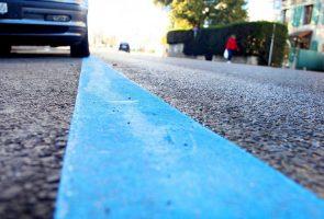 المشارب الزرقاء وقوف السيارات