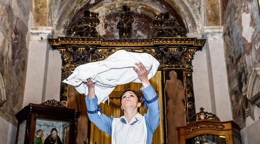 导游参观那不勒斯的天使报喜大楼