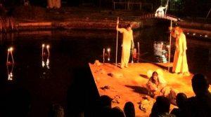 locandina di Teatro alla Deriva 2019 alle Stufe di Nerone a Napoli: spettacoli in zattera