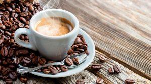 Chicchi e tazzina di caffè