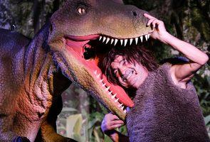 Escena de dinosaurios vivos