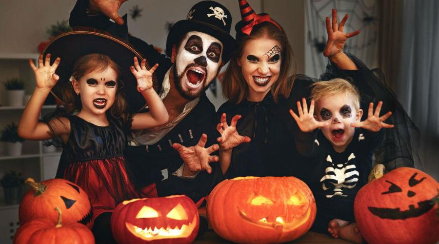 Halloween mit kostümierten Kindern