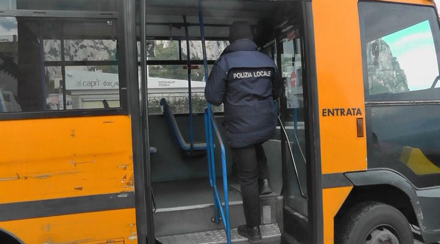 公车上的市政警察