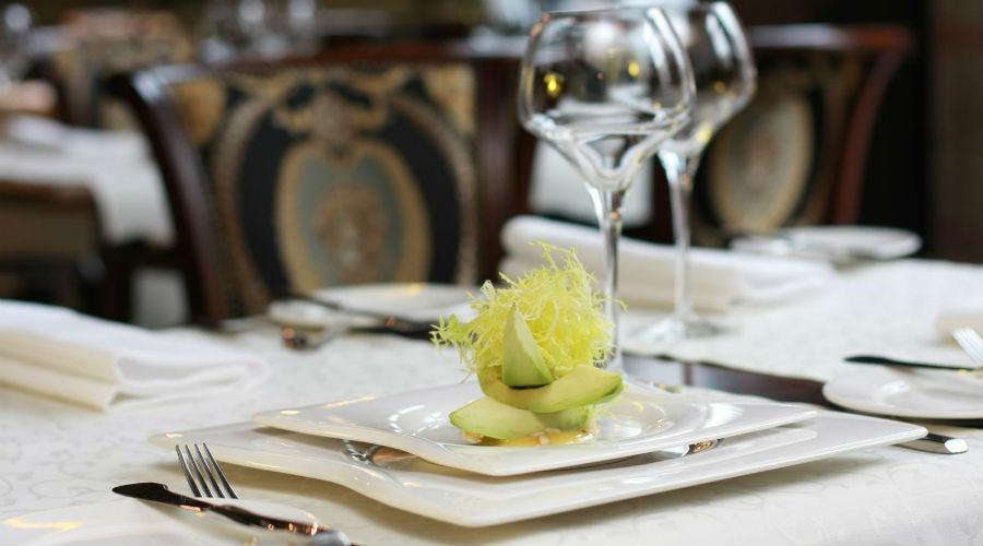 Tavolo di ristorante apparecchiato