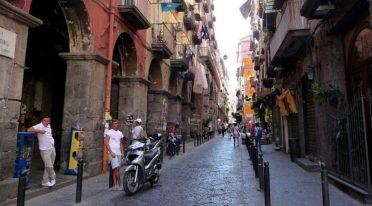 via dei Tribunali in Neapel