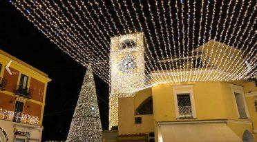 إضاءات عيد الميلاد في كابري