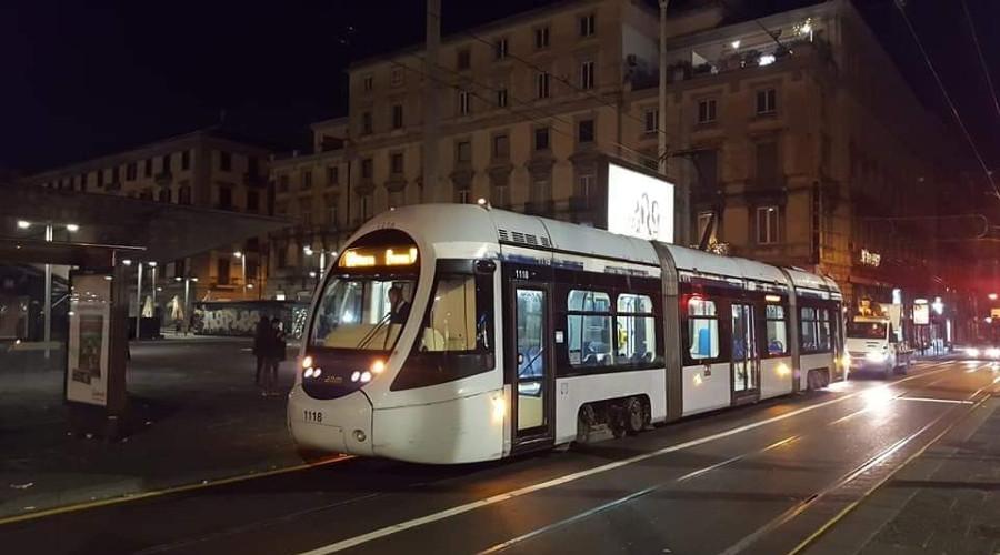 foto del tram che ritorna a piazza municipio di Napoli con corse ogni 10 minuti