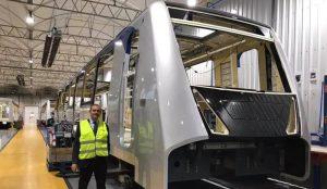 Ligne de métro 1, prise depuis le chantier de construction des nouveaux trains du métro de Naples avec De Magistris posant près du train