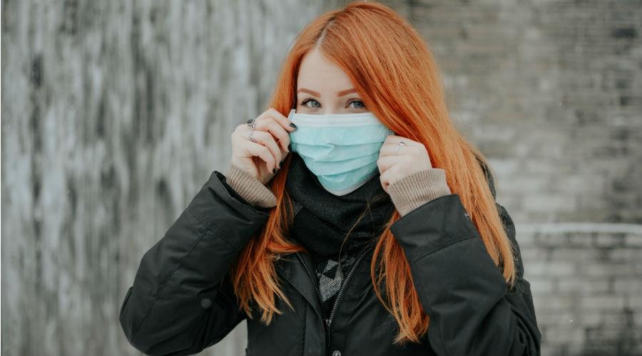 Mädchen mit chirurgischer Maske