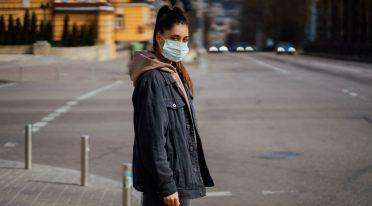 Девушка с антивирусной маской