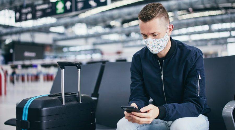 Viaggiatore con mascherina