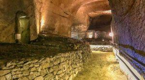 Das Plakat der Basilika della Pietrasanta in Neapel wird mit einer beispiellosen unterirdischen Route wiedereröffnet