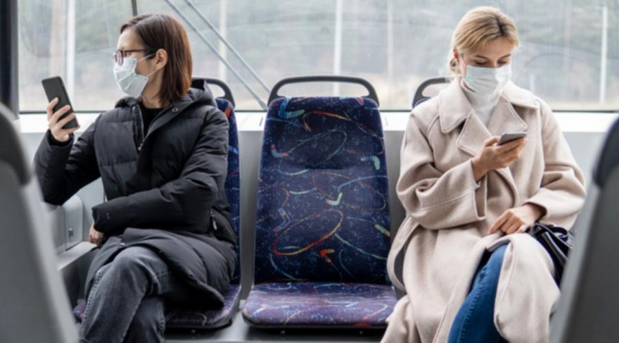 Personnes avec masque dans le bus